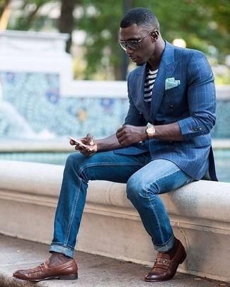 Модный лук: синий пиджак в клетку, бело-черная футболка с круглым вырезом в горизонтальную полоску, синие джинсы, коричневые кожаные лоферы