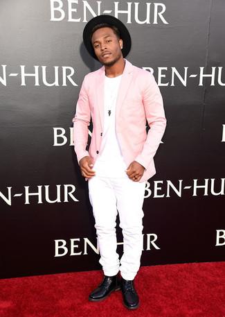Розовый пиджак и белые джинсы — хорошее решение для мероприятий с дресс-кодом business casual. Что касается обуви, можно закончить образ черными кожаными повседневными ботинками.
