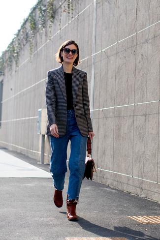 Как и с чем носить: черный пиджак в клетку, черная футболка с круглым вырезом, синие джинсы, темно-красные кожаные ботильоны