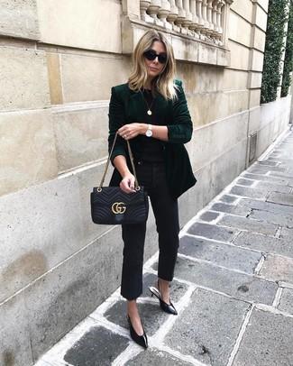 Как и с чем носить: темно-зеленый бархатный пиджак, черная футболка с круглым вырезом, черные джинсы, черные кожаные туфли