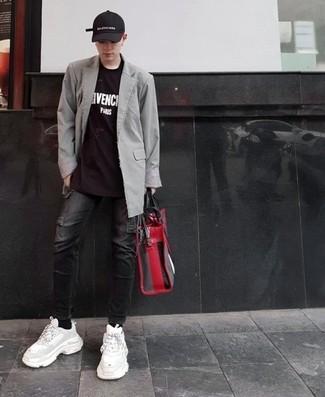 Как и с чем носить: серый пиджак, черно-белая футболка с круглым вырезом с принтом, черные джинсы, белые кроссовки