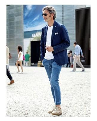 Как и с чем носить: темно-синий хлопковый пиджак, белая футболка с круглым вырезом, синие джинсы, бежевые низкие кеды