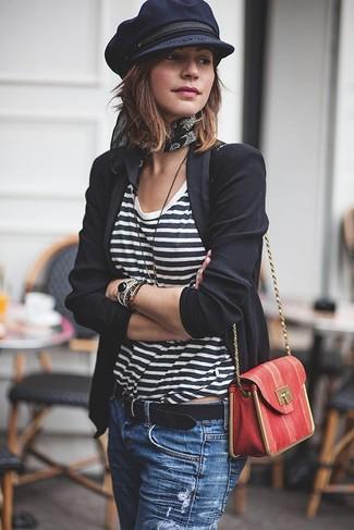 Как и с чем носить: черный пиджак, бело-черная футболка с круглым вырезом в горизонтальную полоску, синие рваные джинсы, красная кожаная сумка через плечо