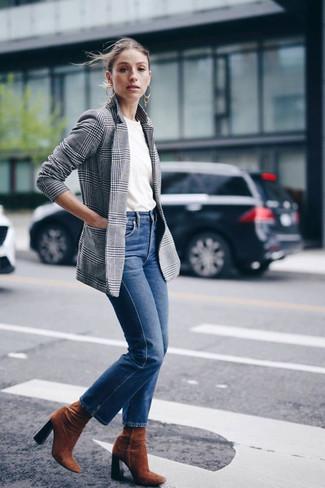 Как и с чем носить: серый пиджак в шотландскую клетку, белая футболка с круглым вырезом, синие джинсы, табачные замшевые ботильоны