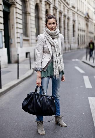 Как и с чем носить: серый пиджак, темно-зеленая футболка с круглым вырезом, синие рваные джинсы, серые замшевые ботильоны