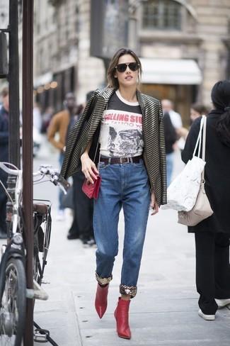 Как и с чем носить: черный пиджак в горизонтальную полоску, бело-черная футболка с круглым вырезом с принтом, синие джинсы, красные кожаные ботильоны