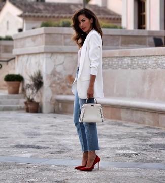Белая кожаная сумочка: с чем носить и как сочетать: Белый пиджак и белая кожаная сумочка помогут создать простой и функциональный лук для выходного дня в парке или торговом центре. Вкупе с этим луком великолепно будут выглядеть красные замшевые туфли.