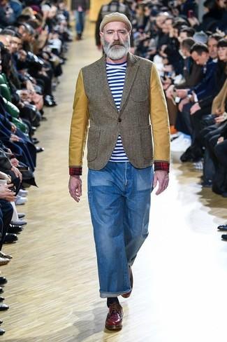 Как и с чем носить: оливковый пиджак, бело-синяя футболка с круглым вырезом в горизонтальную полоску, синие джинсы, темно-красные кожаные туфли дерби
