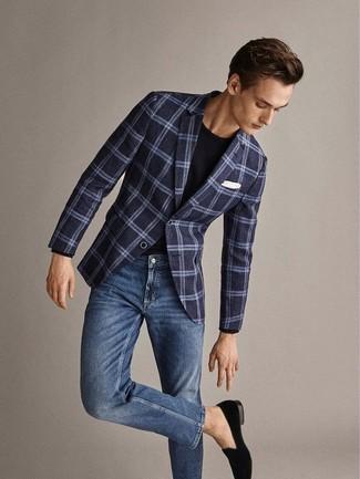 Как и с чем носить: темно-синий шерстяной пиджак в шотландскую клетку, черная футболка с круглым вырезом, синие джинсы, черные бархатные лоферы