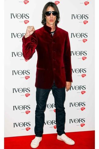 Как и с чем носить: темно-красный бархатный пиджак, черно-белая футболка с круглым вырезом в горизонтальную полоску, темно-синие джинсы, белые кожаные низкие кеды