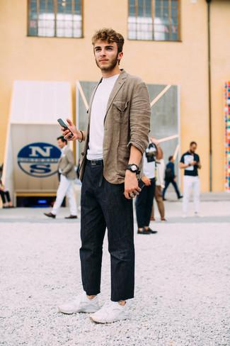 Как и с чем носить: коричневый льняной пиджак, белая футболка с круглым вырезом, темно-синие джинсы, белые кроссовки