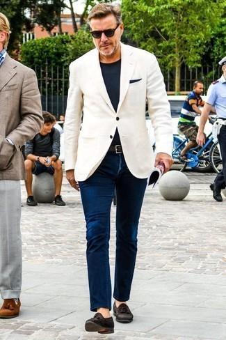 Темно-синий нагрудный платок: с чем носить и как сочетать: Белый пиджак и темно-синий нагрудный платок — классное решение для молодых людей, которые всегда в движении. Думаешь сделать лук немного строже? Тогда в качестве дополнения к этому луку, выбирай темно-коричневые замшевые лоферы с кисточками.