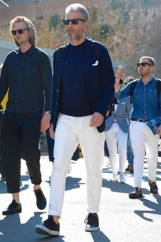 Белые джинсы: с чем носить и как сочетать мужчине: Создав образ из темно-синего пиджака и белых джинсов, получим прекрасный мужской образ для неофициальных встреч после работы. Любители рискованных вариантов могут закончить лук черными кожаными низкими кедами.