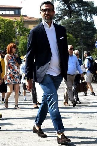 Темно-синий пиджак: с чем носить и как сочетать мужчине: Темно-синий пиджак и синие джинсы гармонично вписываются в гардероб самых избирательных джентльменов. Такой лук легко получает свежее прочтение в сочетании с темно-коричневыми замшевыми лоферами с кисточками.