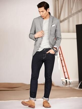 Модные мужские луки 2020 фото: Комбо из серого пиджака и черных джинсов — великолепный офисный вариант для парней. Хочешь добавить в этот лук нотку строгости? Тогда в качестве обуви к этому луку, стоит обратить внимание на светло-коричневые замшевые монки с двумя ремешками.