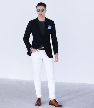 Серебряный браслет: с чем носить и как сочетать мужчине: Темно-синий пиджак и серебряный браслет помогут создать несложный и практичный образ для выходного в парке или вечера в шумном заведении с друзьями. Любишь экспериментировать? Дополни образ коричневыми кожаными туфлями дерби.