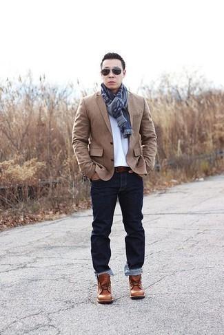 Белая футболка с круглым вырезом: с чем носить и как сочетать мужчине: Белую футболку с круглым вырезом и темно-синие джинсы можно надеть как в офис без дресс-кода, так и на свидание с возлюбленной в парке. Хотел бы добавить в этот образ нотку строгости? Тогда в качестве дополнения к этому луку, выбери табачные кожаные повседневные ботинки.