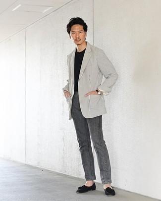 С чем носить бело-черный пиджак в вертикальную полоску мужчине: Сочетание бело-черного пиджака в вертикальную полоску и серых джинсов — великолепный пример современного городского стиля. Если ты любишь применять в своих луках разные стили, из обуви можешь надеть черные замшевые лоферы с кисточками.
