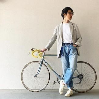С чем носить бело-черный пиджак в вертикальную полоску мужчине: Удобное сочетание бело-черного пиджака в вертикальную полоску и голубых джинсов несомненно будет привлекать взгляды прекрасных дам. Любишь дерзкие решения? Тогда дополни свой ансамбль бежевыми низкими кедами из плотной ткани.