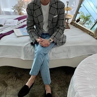 С чем носить черно-белый пиджак в шотландскую клетку мужчине: Черно-белый пиджак в шотландскую клетку и голубые джинсы будет замечательным вариантом для расслабленного ансамбля на каждый день. В сочетании с черными бархатными лоферами такой образ выглядит особенно гармонично.