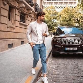 С чем носить бежевый пиджак мужчине: Составив образ из бежевого пиджака и синих джинсов, получим подходящий мужской образ для полуформальных встреч после работы. Этот ансамбль выигрышно завершат белые низкие кеды из плотной ткани.