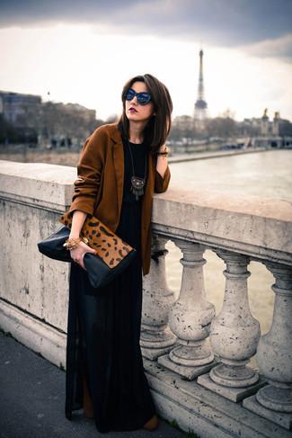 Как и с чем носить: табачный пиджак, черная футболка с круглым вырезом, черная длинная юбка со складками, коричневые замшевые ботильоны