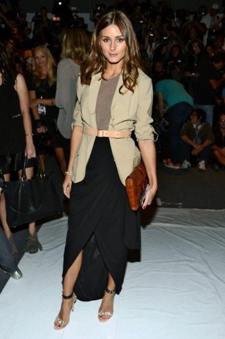 Как Olivia Palermo носит Бежевый пиджак, Коричневая футболка с круглым вырезом, Черная длинная юбка с разрезом, Серые кожаные босоножки на каблуке со змеиным рисунком