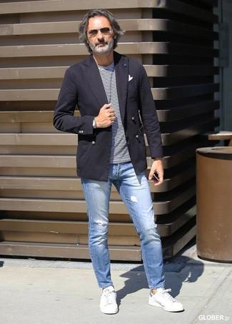 Как и с чем носить: темно-коричневый хлопковый пиджак, бело-темно-синяя футболка с круглым вырезом в горизонтальную полоску, голубые рваные зауженные джинсы, белые кожаные низкие кеды