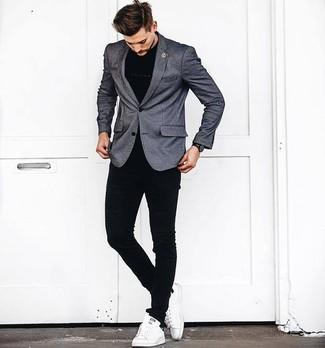 Как и с чем носить: серый пиджак, черная футболка с круглым вырезом, черные зауженные джинсы, белые кожаные низкие кеды