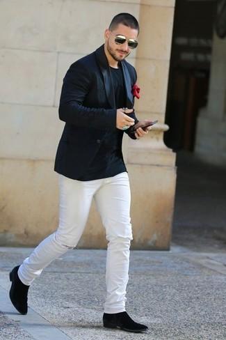 Как и с чем носить: черный пиджак, черная футболка с круглым вырезом, белые рваные зауженные джинсы, черные замшевые ботинки челси