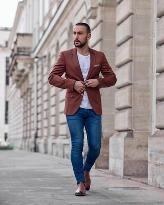 Как и с чем носить: табачный пиджак, белая футболка с круглым вырезом, синие зауженные джинсы, коричневые кожаные ботинки челси