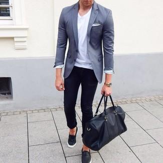 Как и с чем носить: серый пиджак, белая футболка с круглым вырезом, черные зауженные джинсы, черные кожаные слипоны
