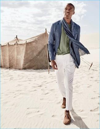 Как и с чем носить: синий льняной пиджак, оливковая футболка с круглым вырезом, белые классические брюки, коричневые замшевые ботинки дезерты