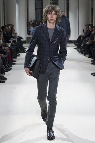 Как и с чем носить: темно-синий пиджак в шотландскую клетку, серая футболка с круглым вырезом, темно-серые шерстяные классические брюки, черные кожаные монки