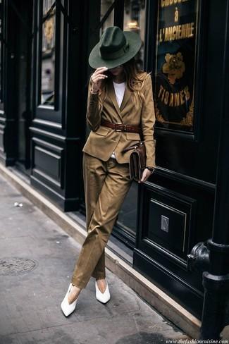 Как и с чем носить: светло-коричневый пиджак, белая футболка с круглым вырезом, светло-коричневые классические брюки, белые кожаные туфли