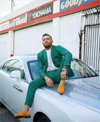 Как и с чем носить: зеленый пиджак, белая футболка с круглым вырезом, зеленые классические брюки, оранжевые замшевые лоферы
