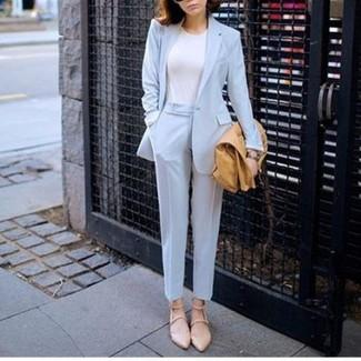Как и с чем носить: голубой пиджак, белая футболка с круглым вырезом, голубые классические брюки, бежевые кожаные балетки