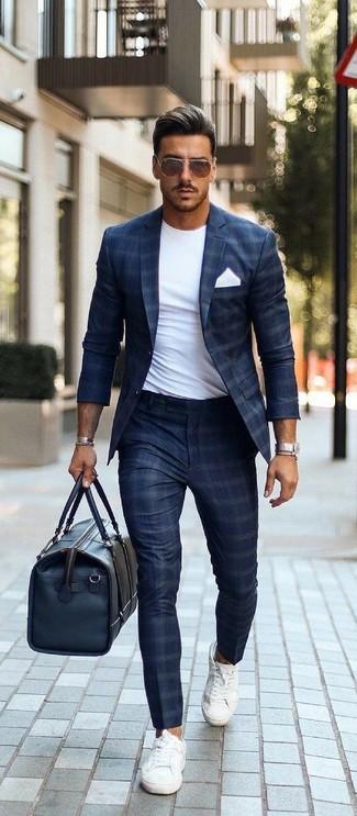 Как и с чем носить: темно-синий пиджак в клетку, белая футболка с круглым вырезом, темно-синие классические брюки в клетку, белые низкие кеды из плотной ткани