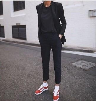 Как и с чем носить: черный пиджак, черная футболка с круглым вырезом, черные классические брюки, красные замшевые низкие кеды