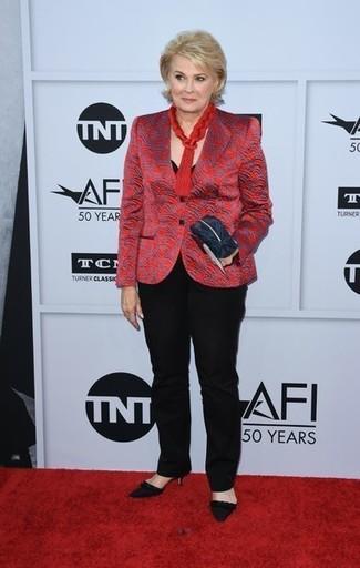 Как и с чем носить: красный пиджак с принтом, черная футболка с круглым вырезом, черные классические брюки, черные замшевые туфли