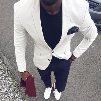 Как и с чем носить: белый пиджак, черная футболка с круглым вырезом, темно-синие классические брюки, белые кожаные лоферы