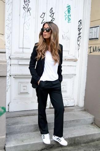 Как и с чем носить: черный пиджак, белая футболка с круглым вырезом, черные классические брюки, белые кожаные низкие кеды
