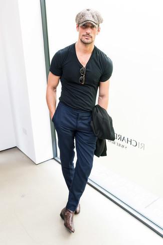 Как и с чем носить: черный пиджак, черная футболка с круглым вырезом, темно-синие классические брюки, темно-коричневые кожаные ботинки челси