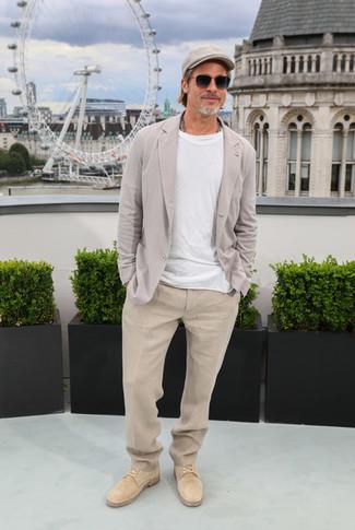 Как и с чем носить: серый льняной пиджак, белая футболка с круглым вырезом, бежевые льняные классические брюки, светло-коричневые замшевые туфли дерби