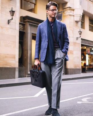 Как и с чем носить: темно-синий пиджак в шотландскую клетку, фиолетовая футболка с круглым вырезом, серые шерстяные классические брюки, темно-синие замшевые ботинки дезерты