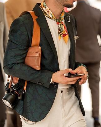 Как и с чем носить: темно-зеленый пиджак с цветочным принтом, белая футболка с круглым вырезом, бежевые льняные классические брюки, желтая бандана с цветочным принтом