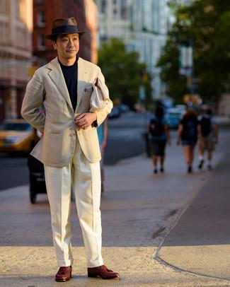 Как одеваться мужчине за 40: Друзья по достоинству оценят твое чувство стиля, когда увидят тебя в темно-синем свитере с круглым вырезом.