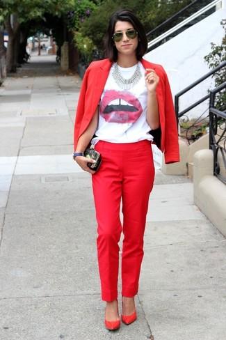 Как и с чем носить: красный пиджак, бело-красная футболка с круглым вырезом с принтом, красные классические брюки, красные кожаные туфли