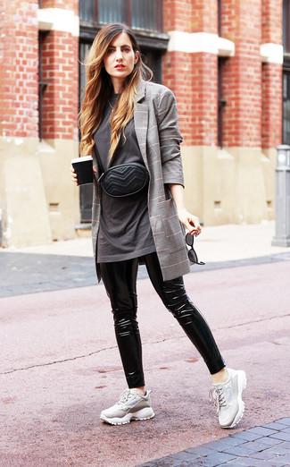 Как и с чем носить: серый пиджак в шотландскую клетку, темно-серая футболка с круглым вырезом, черные кожаные леггинсы, серые кроссовки
