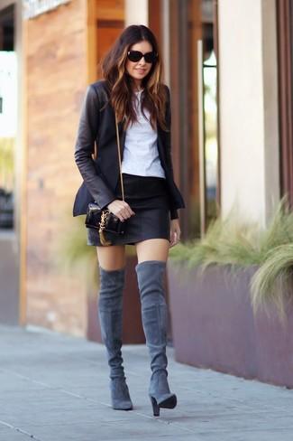 Модный лук: Черный пиджак, Белая футболка с круглым вырезом, Черная кожаная мини-юбка, Серые замшевые ботфорты